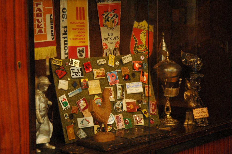 Regał ze statuetkami i pamiątkowymi odznaczeniami nagród zdobytych przez AKFy na pokazach festiwalowych